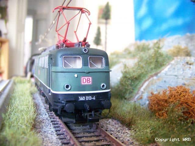 BR 140 013 mit Betriebsverschmutzung und 2 verschiedenen Führerständen